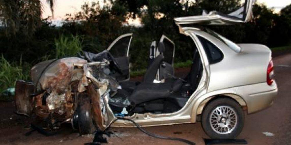 Veículo Corsa teve sua frente totalmente destruída. Fotos: Rádio Cidade SA
