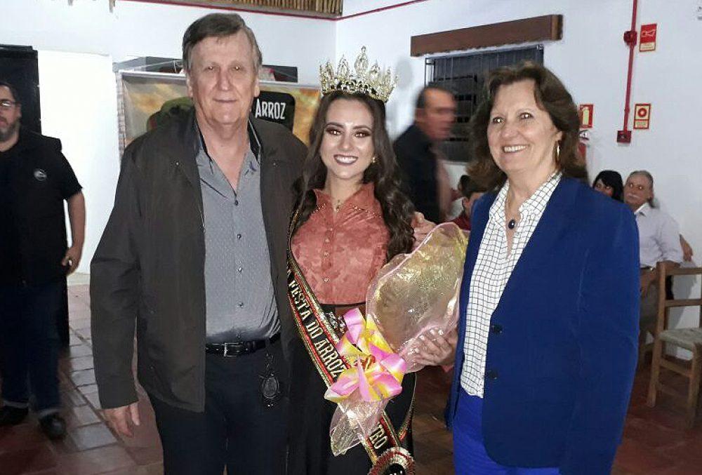 Jéssica com o prefeito Sidney Brondani e primeira dama Maria de Lurdes. Fotos: Alcides Figueiredo/Rádio São Luiz