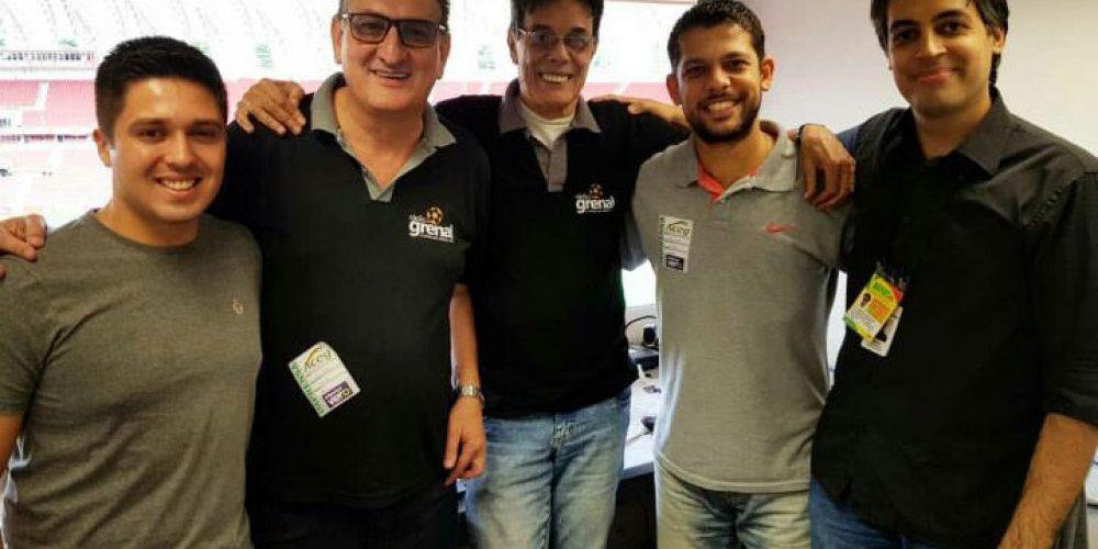 Kelvin (primeiro à esquerda), com Marcelo e equipe da Rádio Grenal. Foto: divulgação Rádio Grenal
