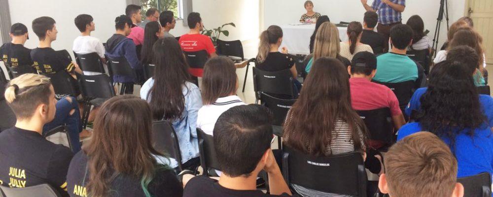 Auditório da Rádio São Luiz recebeu estudantes do Ensino Médio. Fotos: Genaro Caetano e Luiz Oneide Nonemacher/Rádio São Luiz