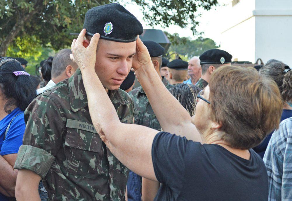 Boina Preta foi entregue aos recrutas por seus familiares. Fotos   Comunicação Social 4º RCB e3f38735733