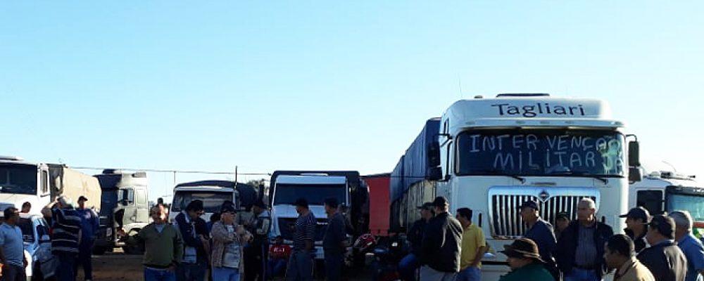 Focos locais de protesto seguem firmes no trevo da CESA e no entroncamento da BR 285 com a ERS 168. Foto: Rádio São Luiz