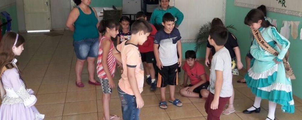 Prendas realizando as brincadeiras. Foto: divulgação Departamento Cultural CTG Galpão de Estância