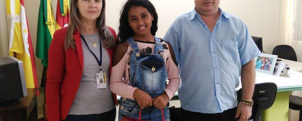 Professora Elenita, Julia e coordenador Vitor Hugo. Foto: Comunicação 32ª CRE