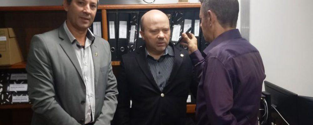 Ao lado do presidente da ALM Francisco Lourenço, deputado e presidente da AL Marlon Santos concede entrevista à Rádio São Luiz. Foto: divulgação RSL