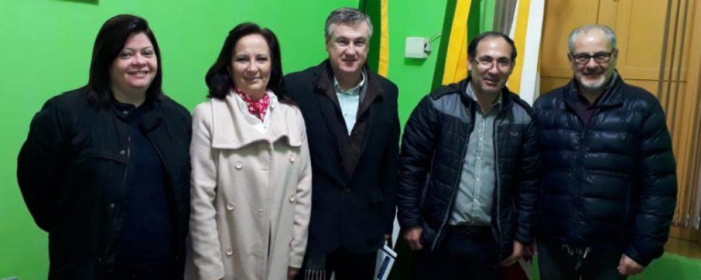 Professores Arnaldo (D) e Nestor (C) em visita à Câmara de Vereadores. Foto: Alcides Figueiredo/Rádio São Luiz