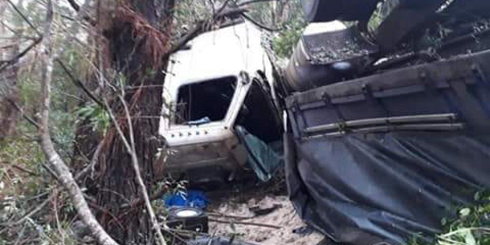 Caminhão despencou por cerca de 60 metros. Fotos: divulgação/PRF