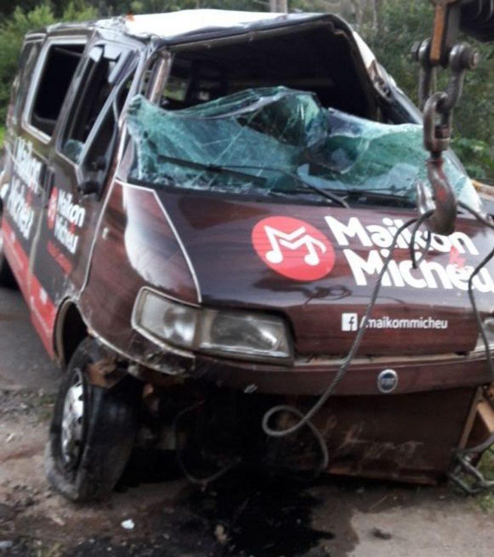 Van que transportava a família ficou praticamente destruída. Foto: Carlos Ramão/Rádio São Luiz