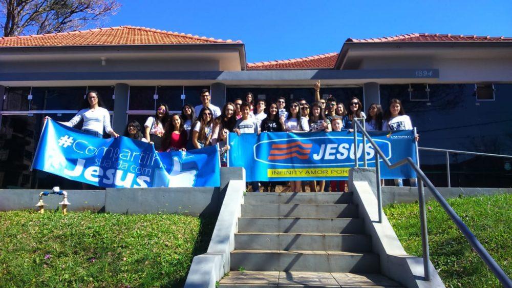 Grupo de jovens em frente à emissora. Foto: Magali Bueno/Rádio São Luiz