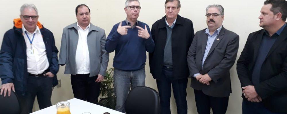 Coordenador Victor Hugo, Secretário Ronald Krummenauer e prefeito Sidney Brondani ao centro da imagem. Foto: Alcides Figueiredo/Rádio São Luiz