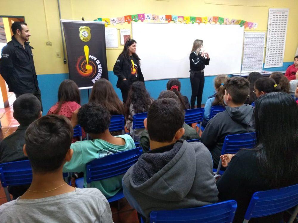 Temas como bullying e drogas são debatidos com os alunos das escolas da região