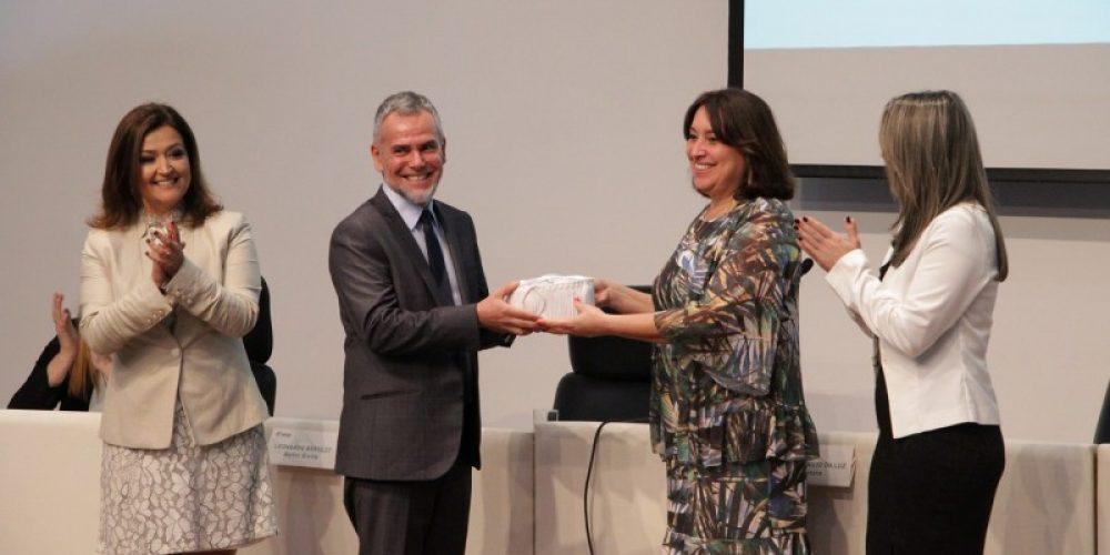 Leonardo Beroldt recebe a reitoria das mãos de Arisa Araujo da Luz