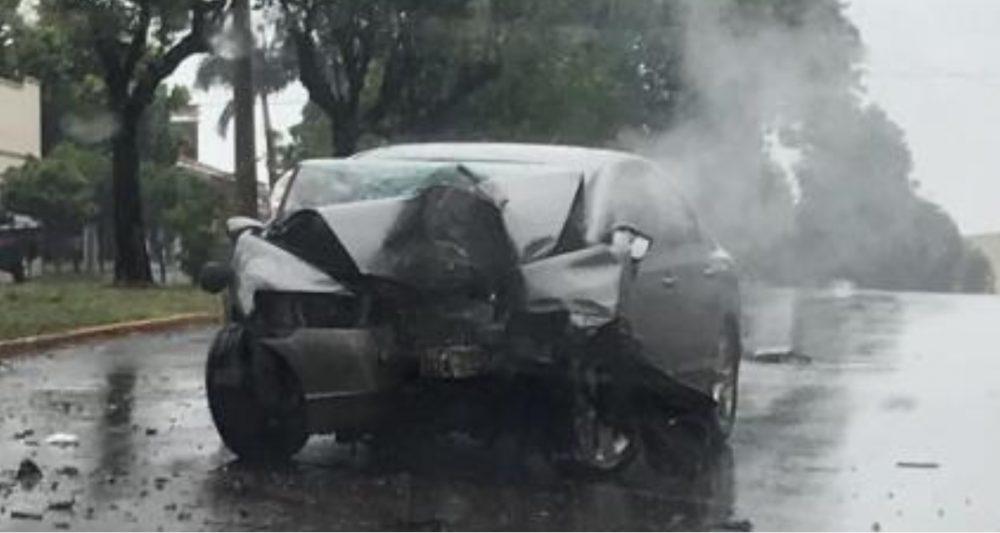 Veículo ficou totalmente danificado. Chovia no momento do acidente. Foto: divulgação
