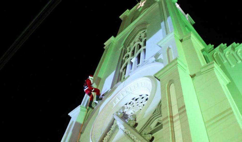 Momento aguardado da noite, Papai Noel desceu de rapel pela torre da Igreja Matriz (2)
